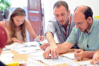 Een leraar Engels iets uit te leggen aan een student in de klas