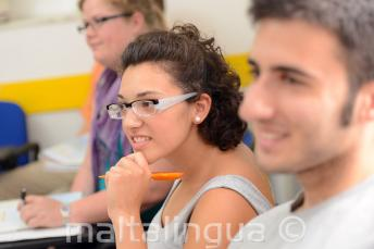 Een student aandachtig luisteren