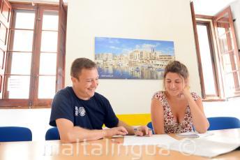 Een leraar het leveren van een eigen cursus Engels op onze school in Malta