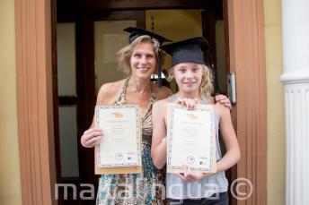 Mama en dochter zijn samen afgestudeerd