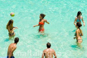 Studenten spelen volleybal in het water