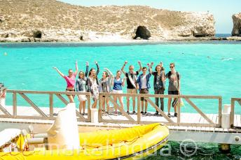 Studenten naast een boot op Comino