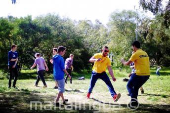 Studenten spelen in het park van de residentie