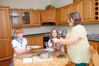 Studenten eten samen met hun gastgezin