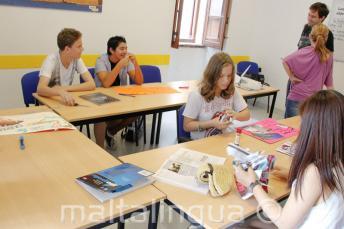 Studenten werken aan een project in de klas