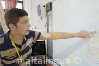Student aan een interactief whiteboard