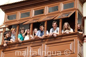 Junior studenten op het balkon van de school