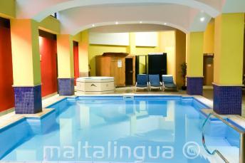 Binnenzwembad van de studentenresidentie