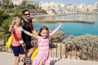 Kid's English programma maken een wandeling met hun leerkracht