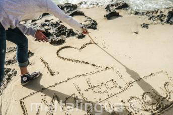 Een student schrijft in het zand