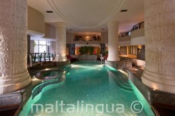 Overdekt zwembad en een spa in een hotel in St. Julians, Malta