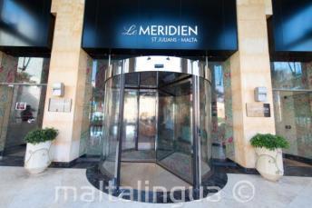Entree van Le Meridien hotel in St. Julians