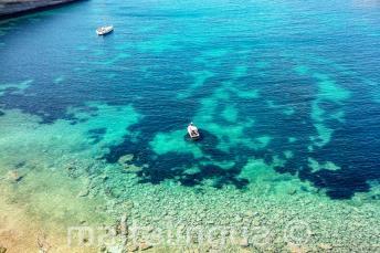 Gezicht op een baai in Malta met helder aquamarijn water