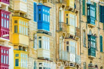 Vele kleurrijke Maltese balkons