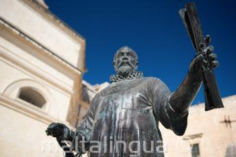 Een standbeeld in Malta van een man met een boekrol