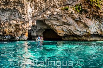 Aquamarijn water bij Blue Grotto, Malta.