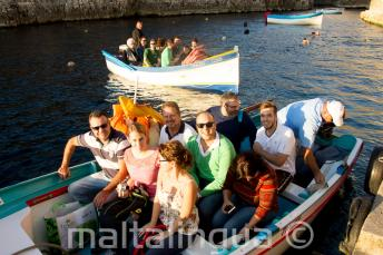 Studenten Klaar for an boottocht naar Blue Grotto.
