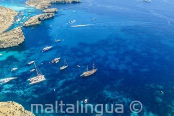 Boten varen weg van Comino, Malta
