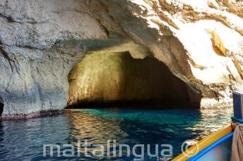 De binnenkant van een grot bij Blue Grotto