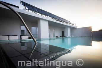 Zwembad op het dak van het Hotel Valentina