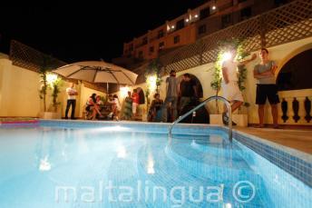 School zwembad op het dak in de avond