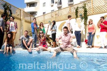 Studenten genieten van het zwembad