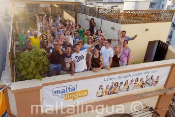 Engels taal studenten zwaaien op het terras op het dak van de school