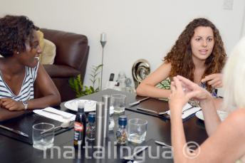 Engels studenten aan tafel met hun gastgezin in St. Julians