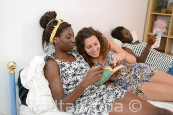 Een student lezen van een boek met een lid van het gastgezin