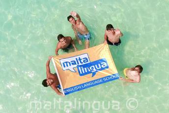 jongeren op excursie naar de Blue Lagoon