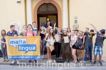 Groepsfoto van onze studenten voor de school in St Julians, Malta