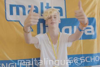 Student van de zomerschool geeft ons thumbs up