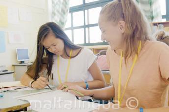 Studenten werken samen aan een klastaak