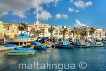Boten bij een vissersdorp in Malta