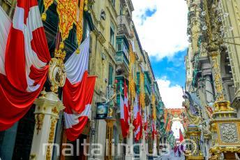 Een straat in Valletta, Malta versierd met vlaggen