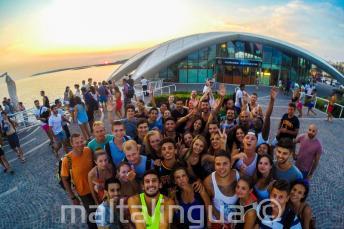 Engels taal leerlingen gaat naar een feestje in Cafe del Mar