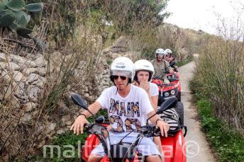 Studenten op een quad bike tour van Gozo