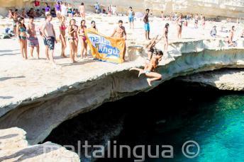 Maltalingua School van het Engels springen in St Peter's Pool