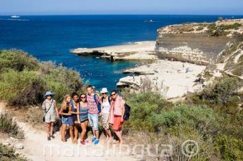 Engels studenten een bezoek aan St Peter's Pool, Malta