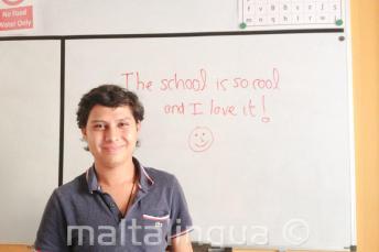 Een Engels student die goede feedback heeft geschreven op het bord