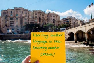 Het leren van een andere taal is als steeds een andere persoon. Bij Balluta Bay, St. Julians