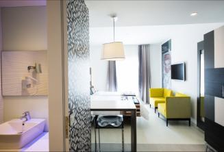 Uitzicht op de badkamer en de woonkamer in het hotel Valentina