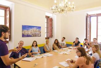 Een leraar die aan een klas vol van het Engels taal studenten