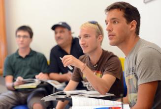 Taalstudenten luisteren in de klas