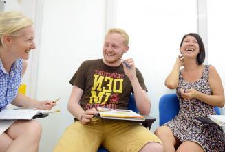 Studenten lachen en plezier in de klas