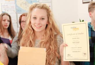 Junior student met haar certificaat
