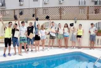 Studenten met hun certificaten