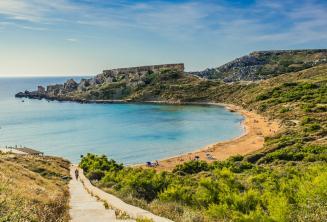 Een vergezicht van een zandstrand in Mellieha, Malta