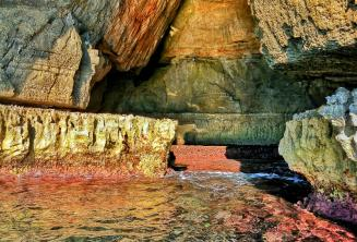 Felle kleuren in het water bij Blue Grotto