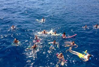 Een grote groep van het Engels taal studenten samen zwemmen